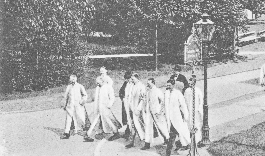 Eppendorfer Ärzte mit wehenden Kitteln, Ausschnitt aus einer Postkarte vor 1911. Bereitgestellt vom Medizinhistorischen Museum des UKE